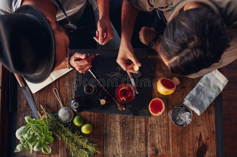 Deux barmans discutant des idées créatives de recette pour des cocktails image libre de droits