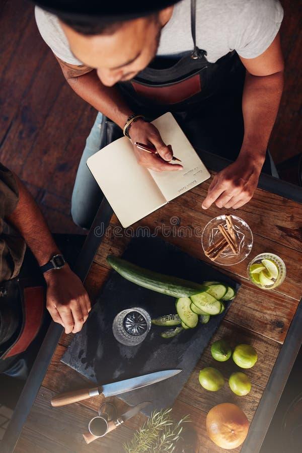 Deux barmans expérimentant avec créer des cocktails photographie stock libre de droits