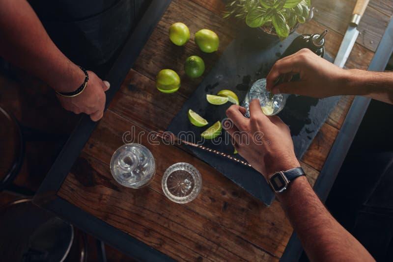 Deux barmans préparant le cocktail images stock