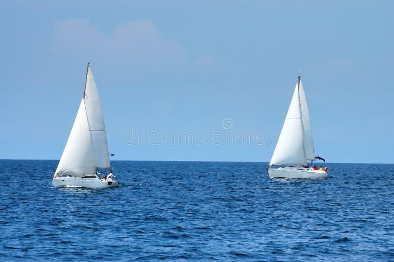 Deux bateaux de navigation photo stock