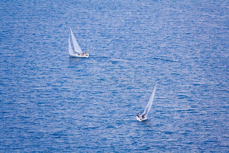 Deux bateaux de navigation sur l'eau bleue photos libres de droits