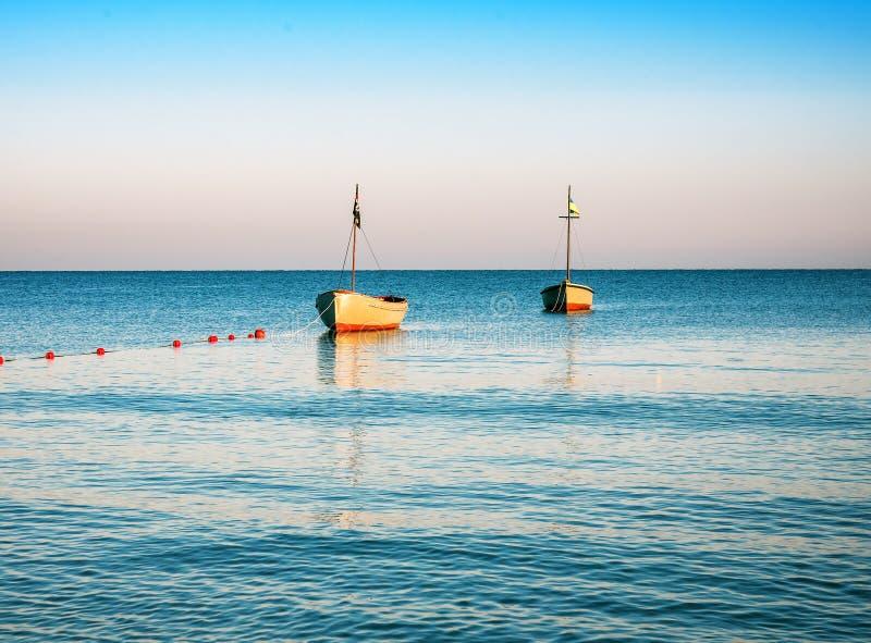 Deux bateaux en mer calme photo libre de droits