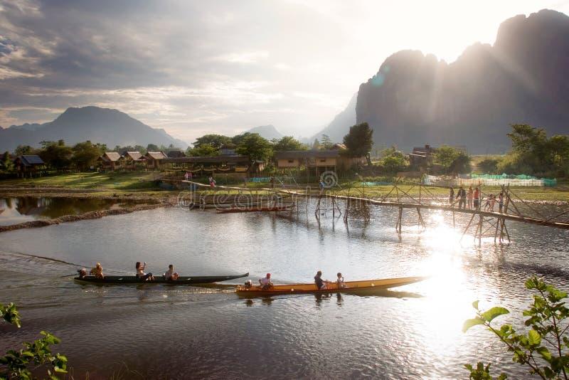 Deux bateaux long-coupés la queue en rivière photo libre de droits