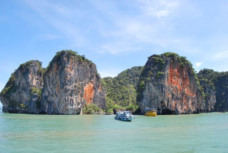 Deux bateaux près de la roche de mer images stock