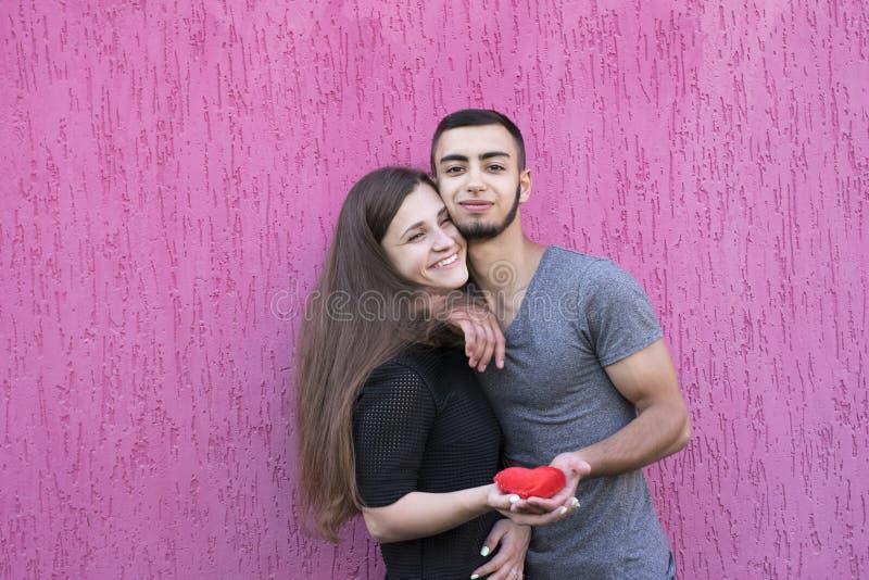 Deux beaux amants tenant le coeur rouge photo libre de droits