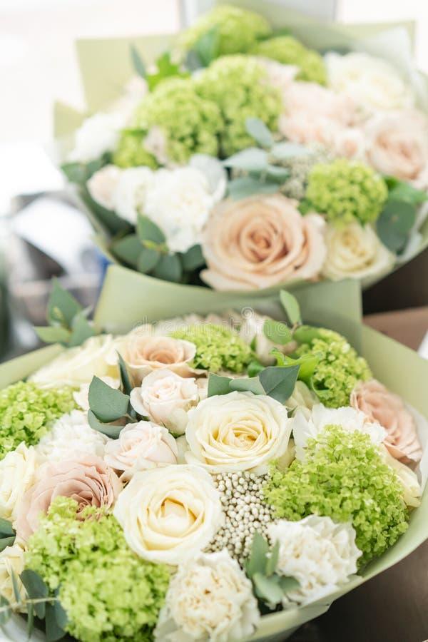 Deux beaux bouquets des fleurs mélangées le travail du fleuriste ? un fleuriste Couleur en pastel sensible Coupure fra?che photographie stock libre de droits