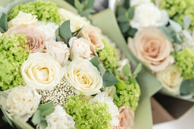 Deux beaux bouquets des fleurs m?lang?es le travail du fleuriste ? un fleuriste Couleur en pastel sensible Coupure fra?che images stock