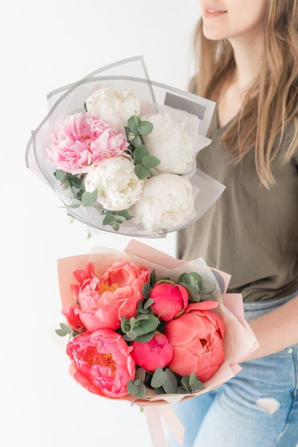 Deux beaux bouquets Pivoines de corail et blanches chez la main de la femme Belle fleur de pivoine pour le catalogue ou le magasi image stock