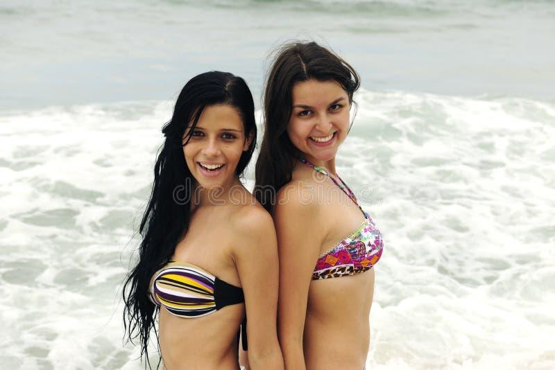 Deux beaux femmes sur la plage photographie stock libre de droits