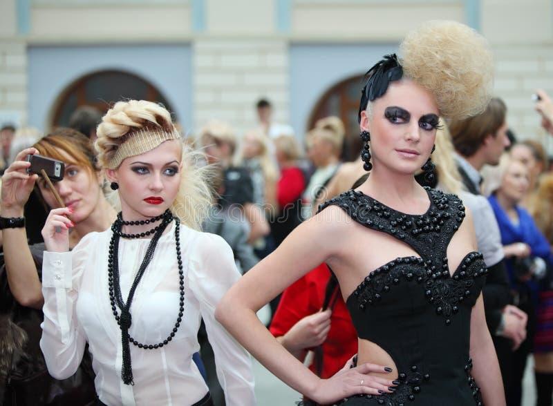 Deux beaux modèles avec la coiffure extraordinaire image libre de droits