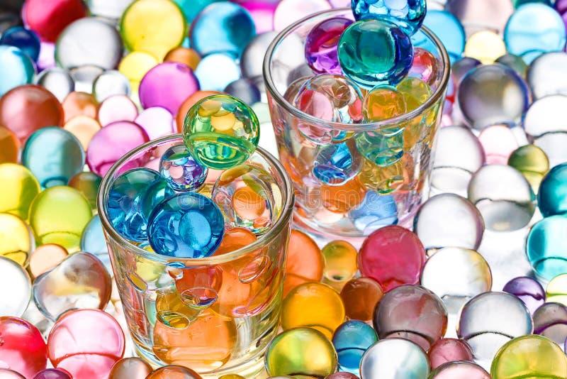 Deux bechers en verre avec des boules d'hydrogel photo libre de droits