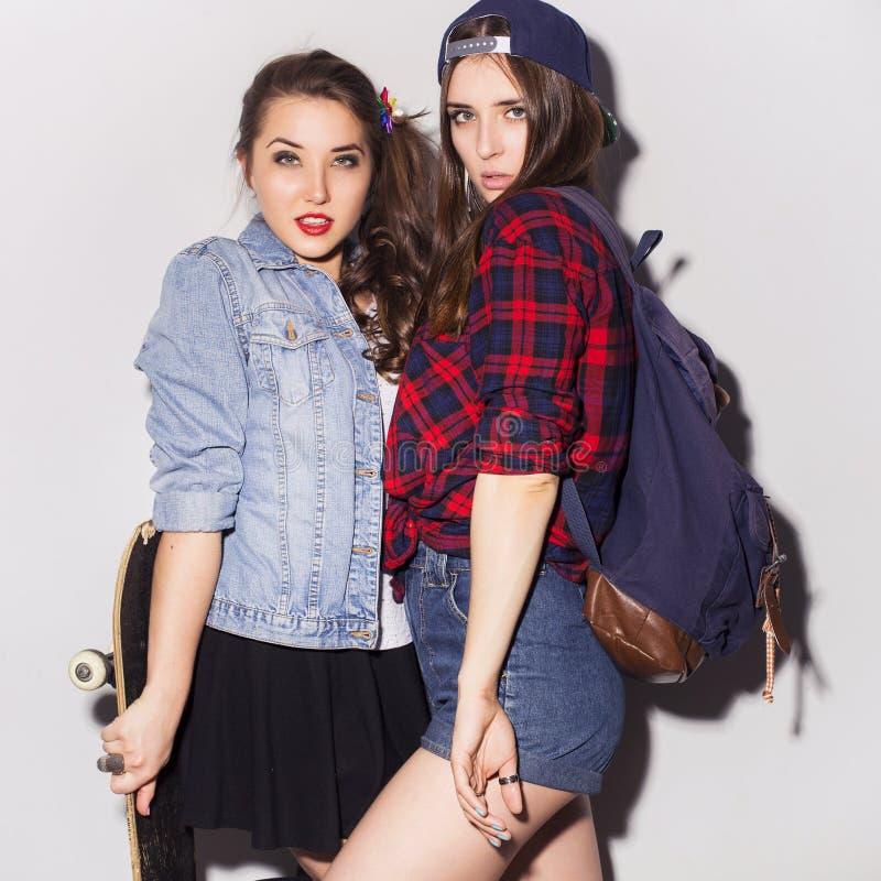 Deux belles adolescentes de femmes de brune (filles) dépensent le togeth de temps image stock