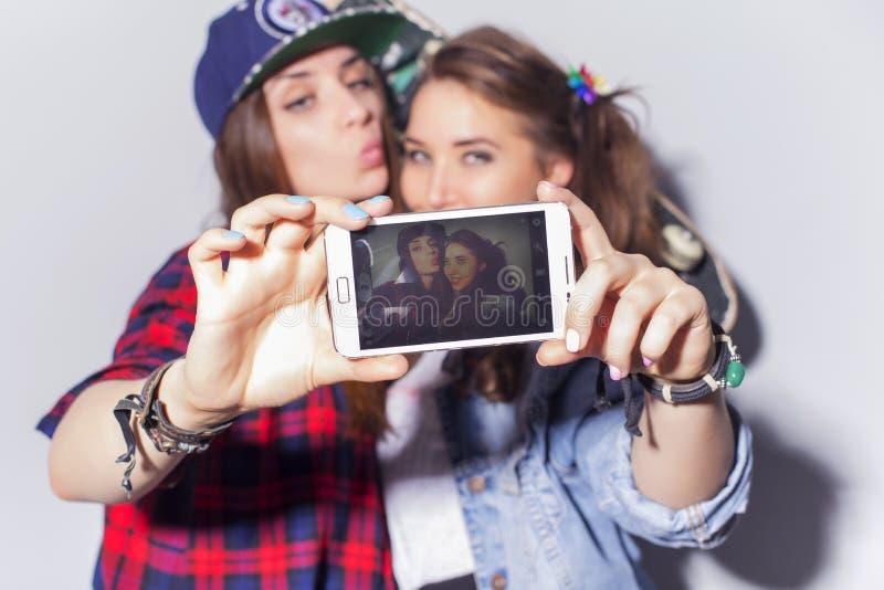 Deux belles adolescentes de femmes de brune (filles) dépensent le togeth de temps photographie stock libre de droits