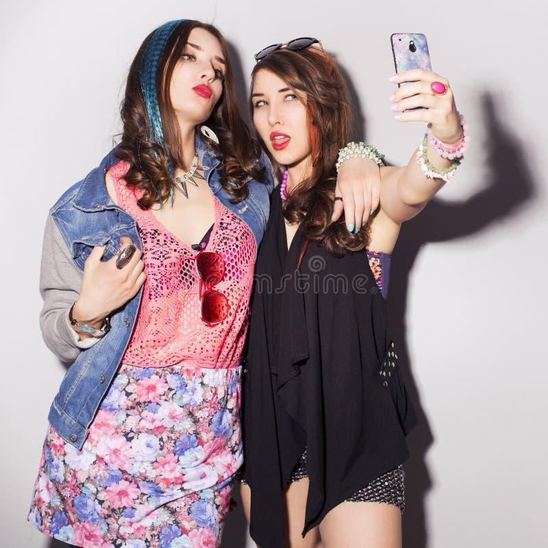 Deux belles adolescentes de femmes de brune (filles) dépensent le togeth de temps image libre de droits