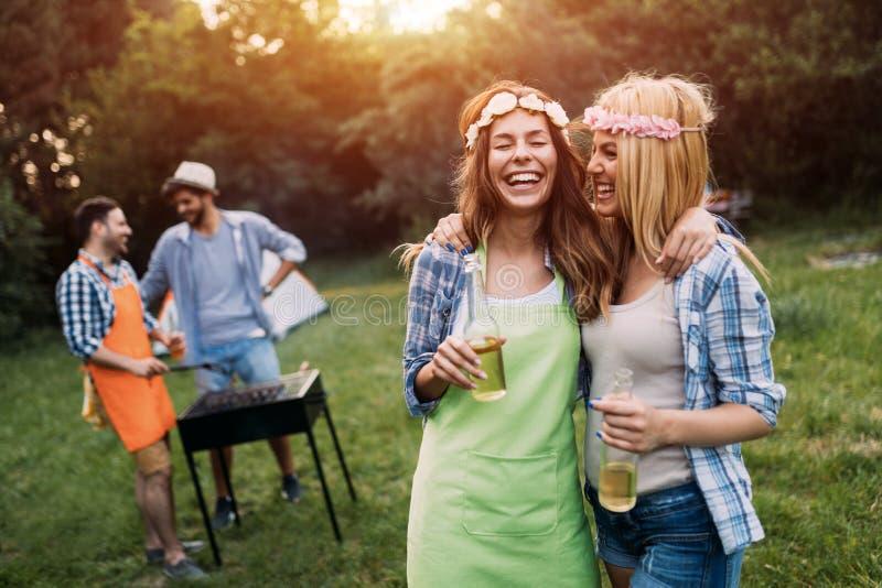 Deux belles femmes ayant l'amusement tout en attendant le barbecue photographie stock libre de droits