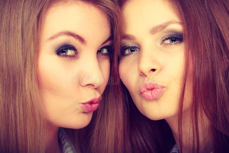 Deux belles femmes, blonde et brune ayant l'amusement photographie stock libre de droits