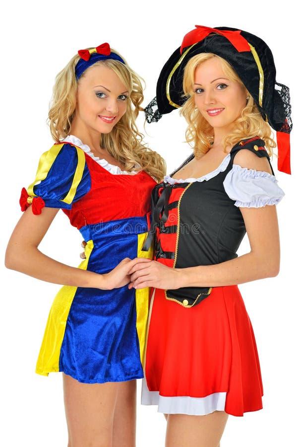 Deux belles femmes blondes dans des costumes de carnaval photographie stock libre de droits