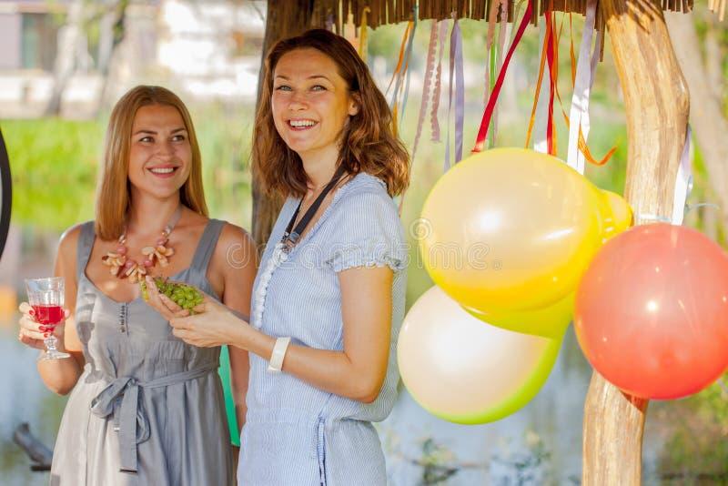 Deux belles femmes gaies à un pique-nique image libre de droits