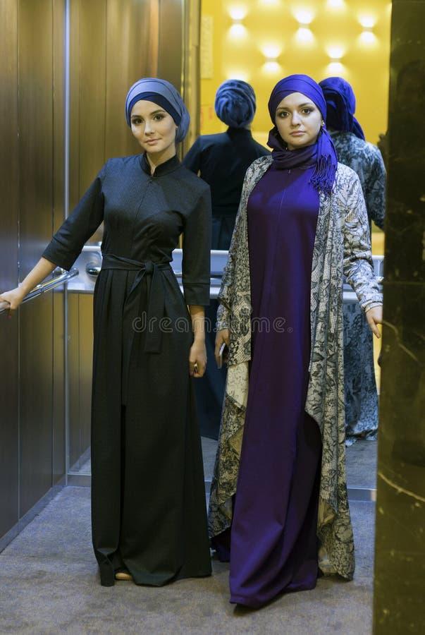 Deux belles femmes musulmanes dans l'ascenseur images libres de droits