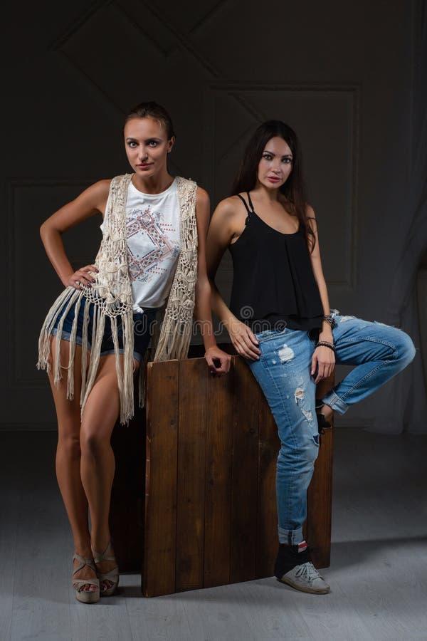 Deux belles femmes posant dans un studio image stock