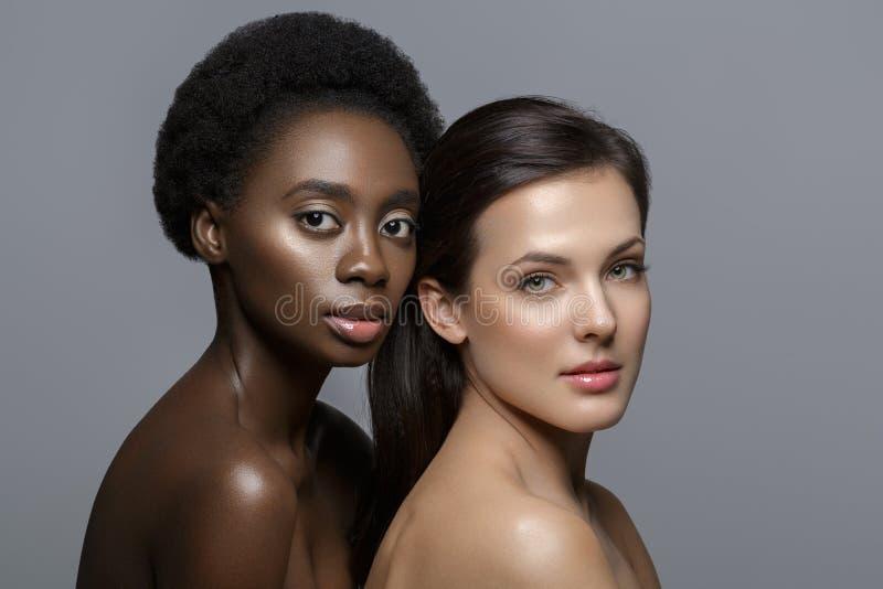 Deux belles filles avec le maquillage naturel images stock