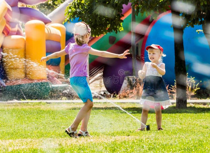Download Deux Belles Filles Ayant L'amusement Dehors Dans La Ville Photo stock - Image du amusement, éclaboussure: 77157904