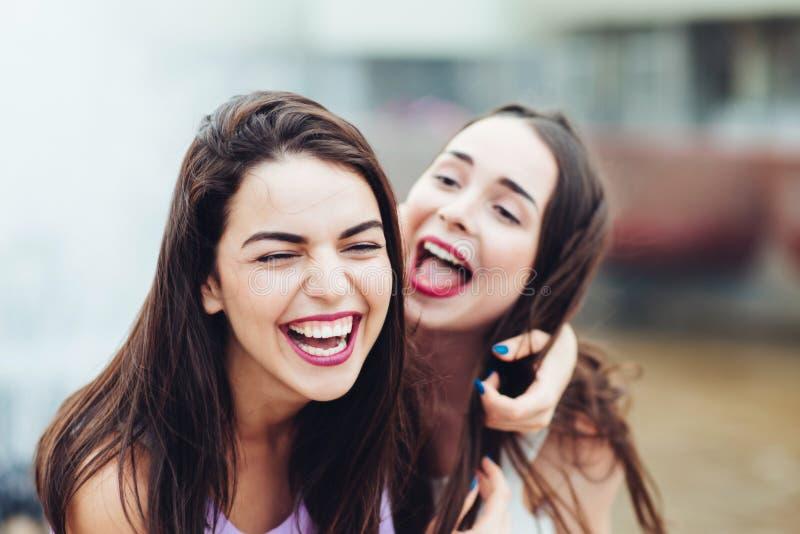 Deux belles filles ayant l'amusement sur la rue images stock