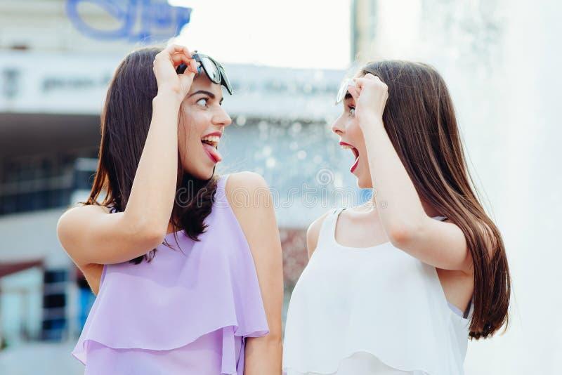Deux belles filles ayant l'amusement sur la rue images libres de droits
