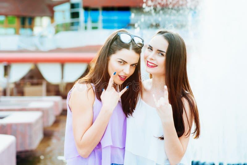Deux belles filles ayant l'amusement sur la rue photo libre de droits