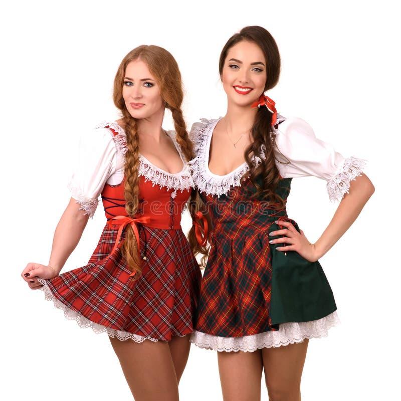Deux belles filles blondes et de brune de oktoberfest photos libres de droits