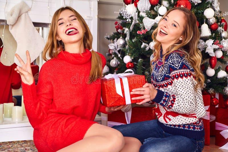 Deux belles filles blondes près d'arbre de Noël décoré images libres de droits