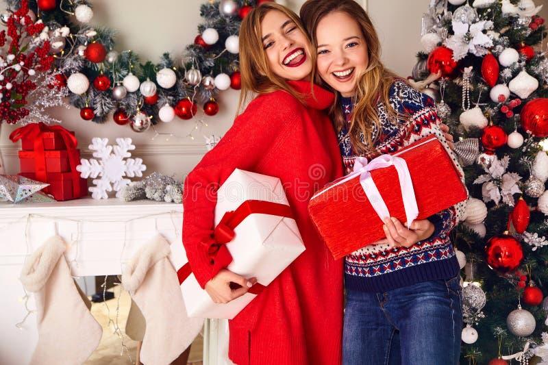 Deux belles filles blondes près d'arbre de Noël décoré images stock