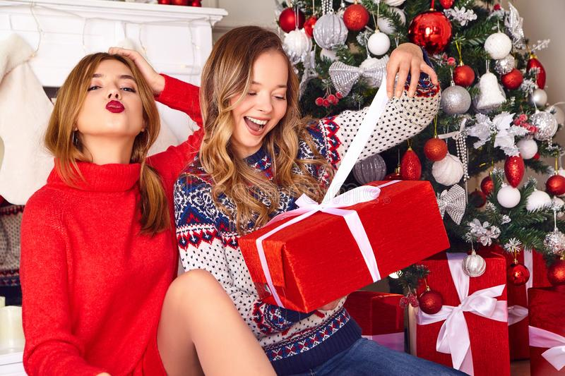 Deux belles filles blondes près d'arbre de Noël décoré photographie stock libre de droits