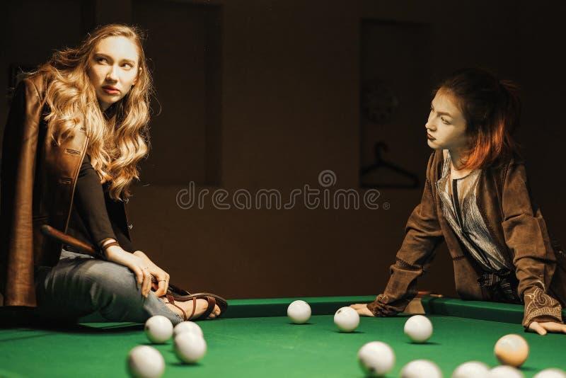 Deux belles filles dans la salle de billard images libres de droits