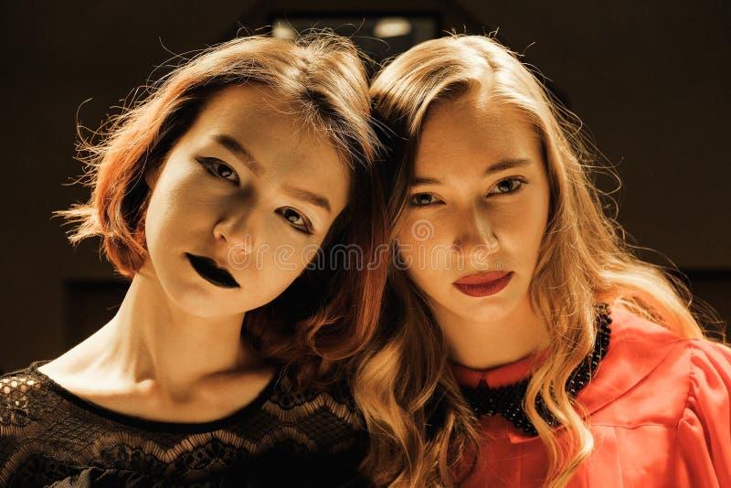 Deux belles filles dans la salle de billard image stock