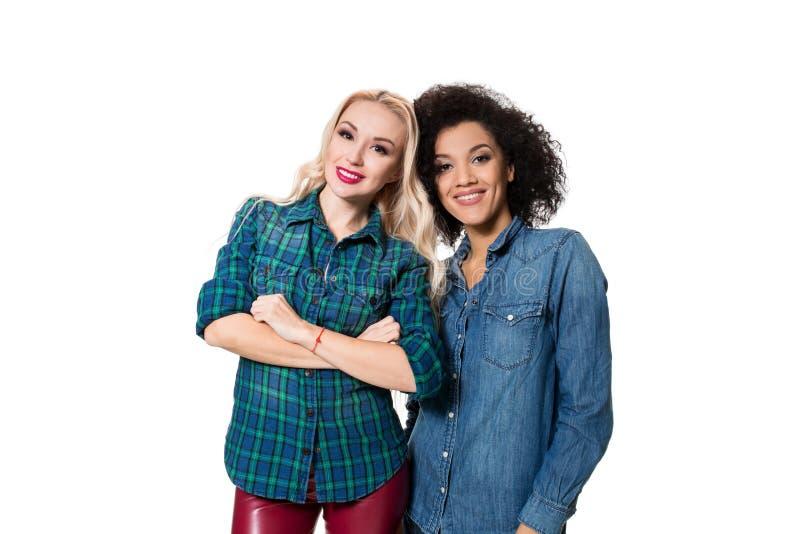 Deux belles filles dans le studio photo stock