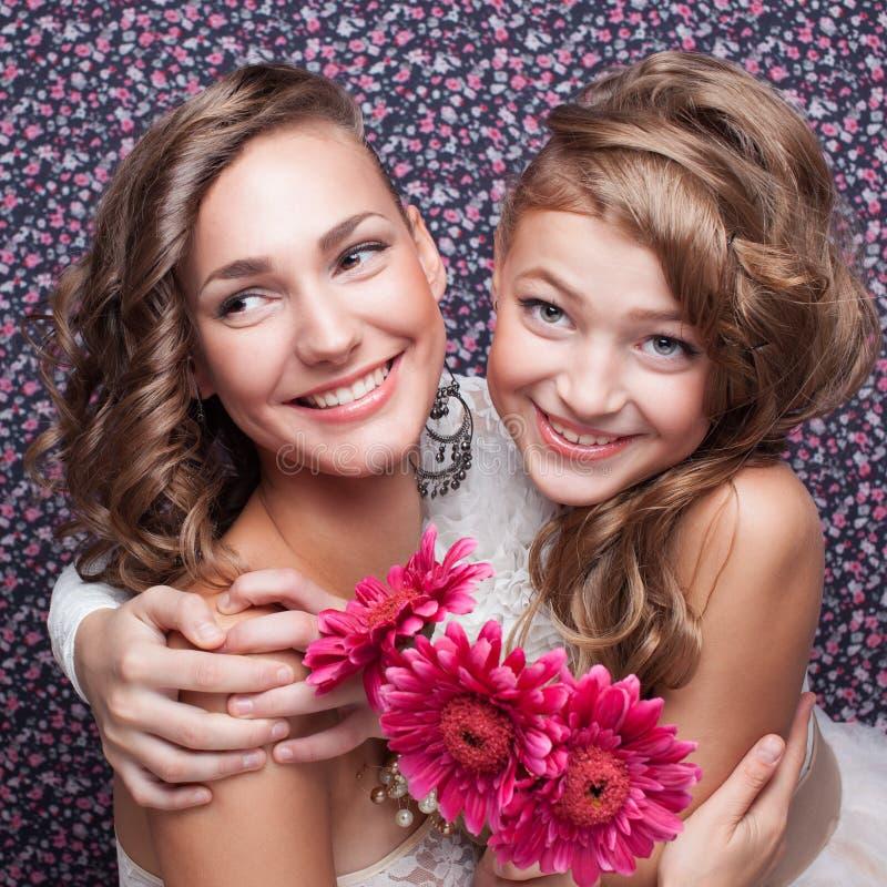 Deux belles filles de modèles photos stock