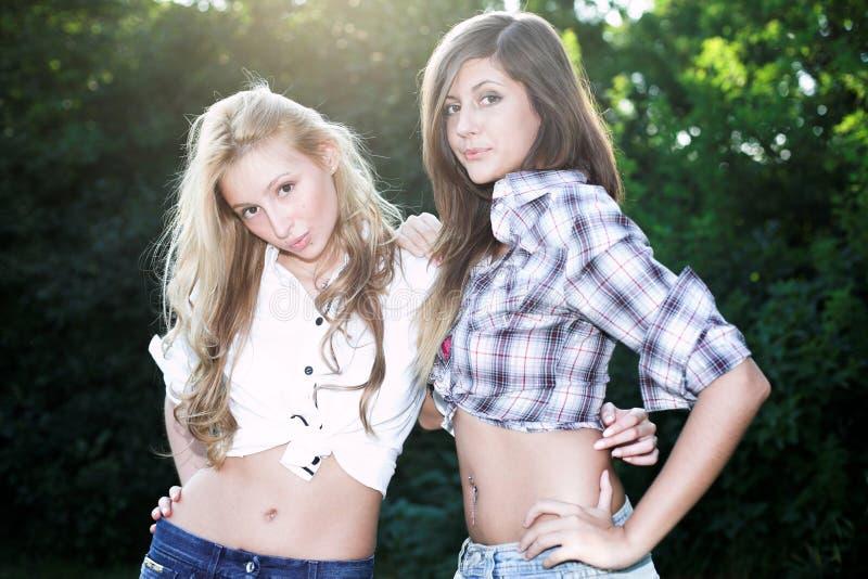 Deux belles filles de sourire images stock