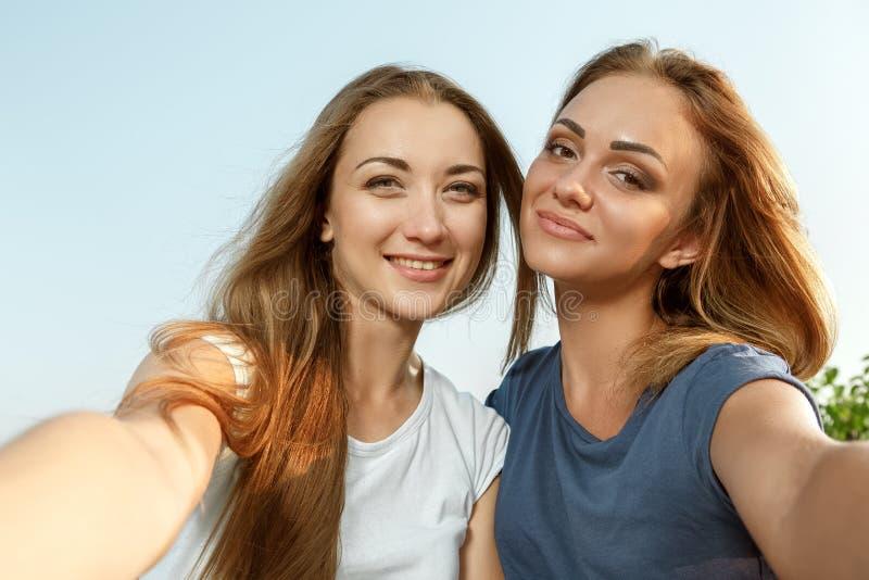 Deux belles filles faisant le selfie photos libres de droits