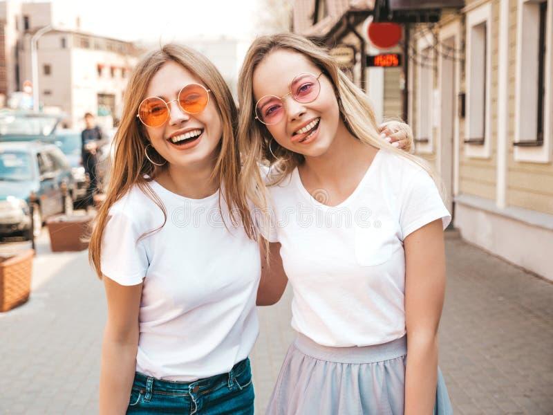 Deux belles filles ? la mode posant dans la rue photographie stock