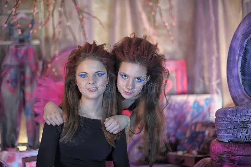 Deux belles jeunes filles avec la guitare électrique photo libre de droits