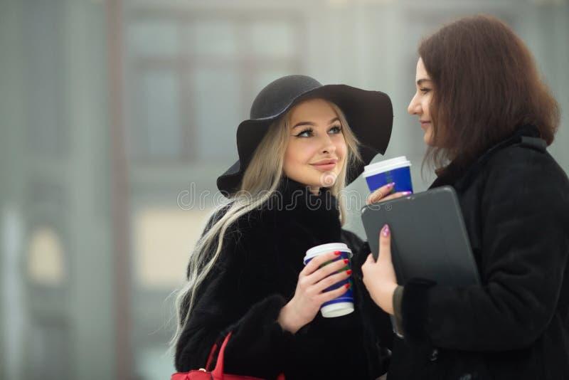 Deux belles jeunes filles dans des vêtements chauds photo stock