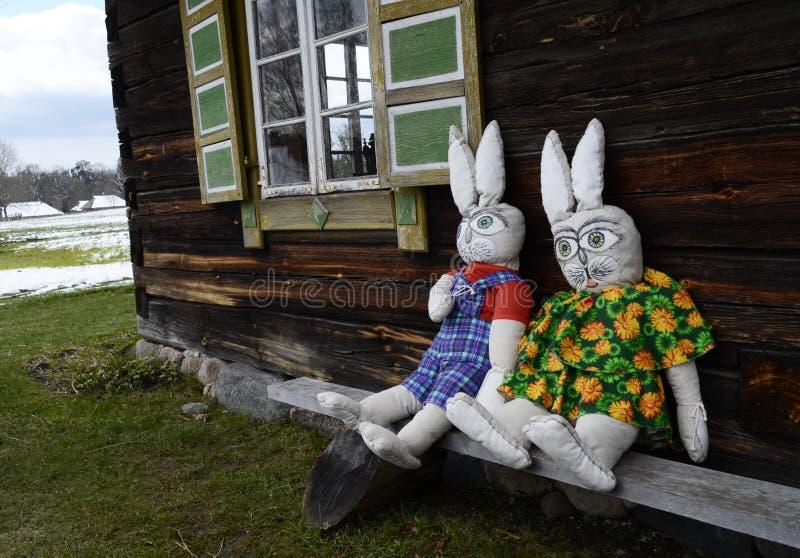 Deux belles poupées de lapin se reposant près de la fenêtre photographie stock libre de droits