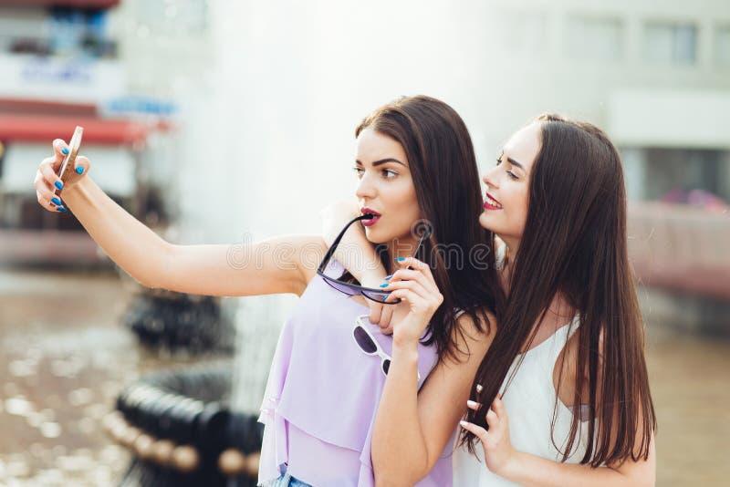 Deux belles soeurs font le selfie sur la rue image libre de droits