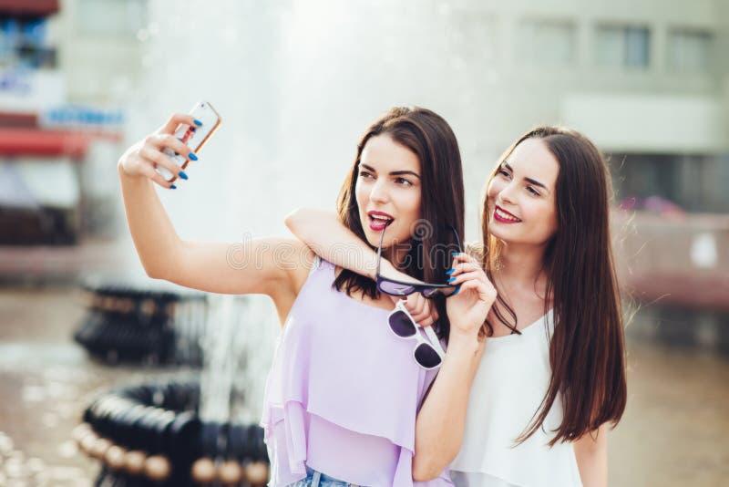 Deux belles soeurs font le selfie sur la rue photos libres de droits