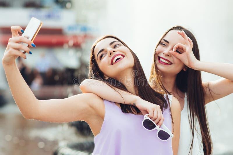 Deux belles soeurs font le selfie sur la rue images libres de droits