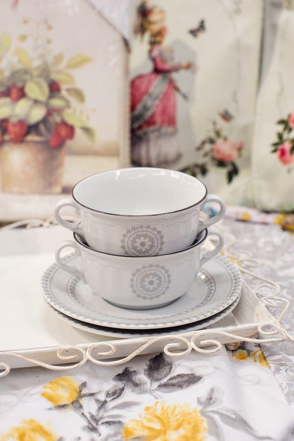 Deux belles tasses et soucoupes blanches photo stock