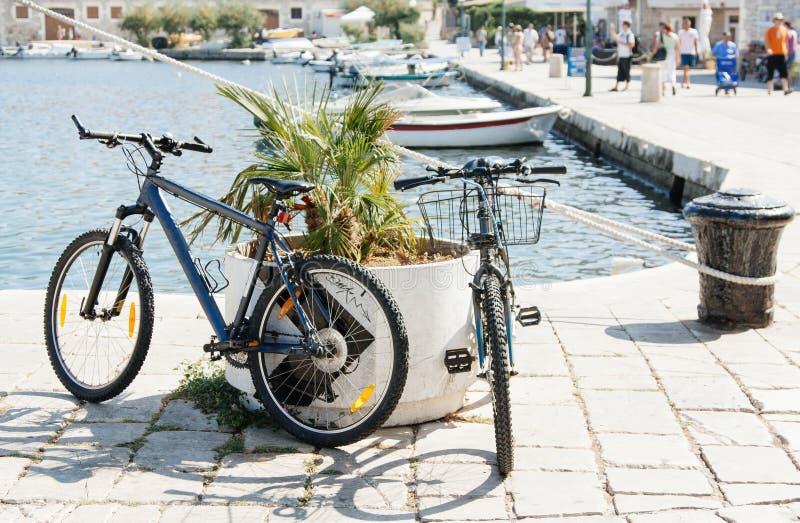 Deux bicyclettes se sont garées dans les parterres dans une ville européenne image stock