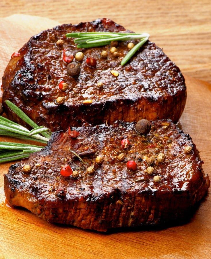Deux biftecks de boeuf image libre de droits