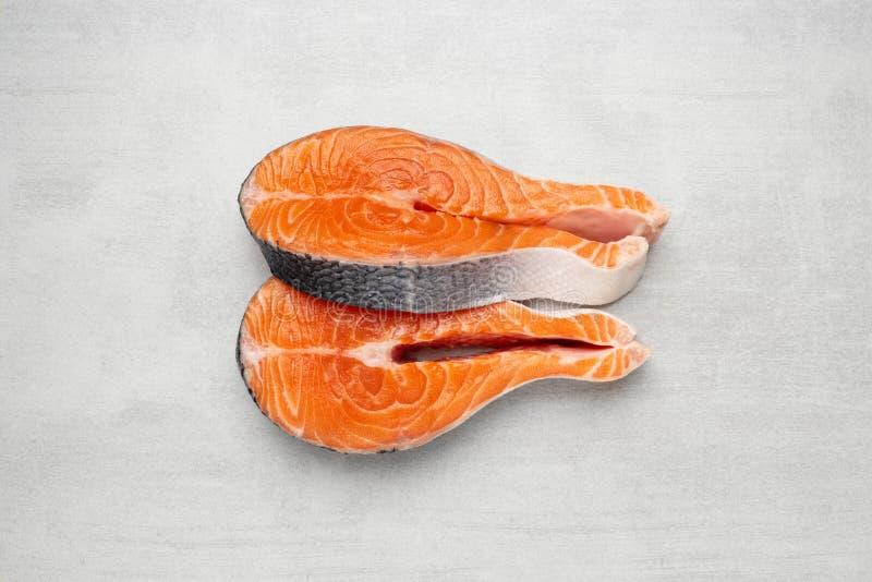 Deux biftecks de poissons saumonés crus sur le fond en pierre Vue supérieure image stock
